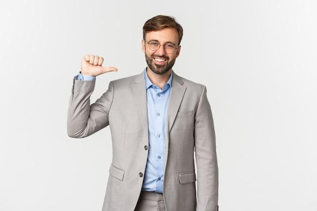 Портрет уверенного и успешного бизнесмена с бородой, носить и очки