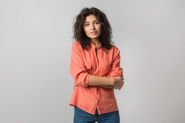 スタイリッシュなオレンジ色のシャツの笑顔、カジュアルな夏のスタイル、ブルネットの髪、分離で自信を持って魅力的な若い女性の肖像画