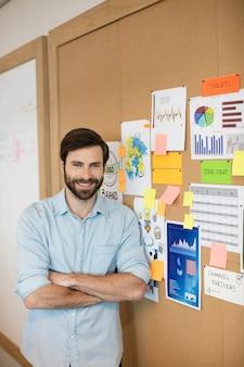 Портрет уверенно бизнесмена, стоящего мягкой доской в офисе