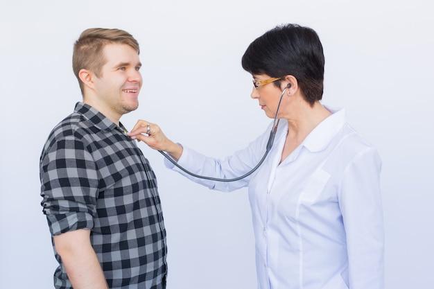 患者の心拍をチェックする自信のある医師の肖像画。