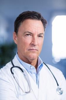 Портрет уверенно доктора с стетоскопом