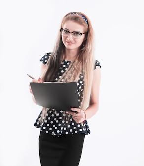 Портрет уверенной женщины-администратора в очках с бумагами на белом