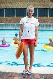 수영장에서 구조를 들고 자신감 여성 인명 구조 원의 초상화