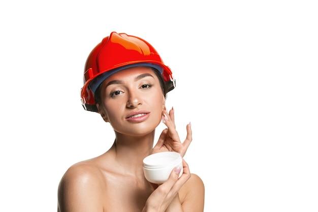 オレンジ色のヘルメットで自信を持って女性労働者の肖像画
