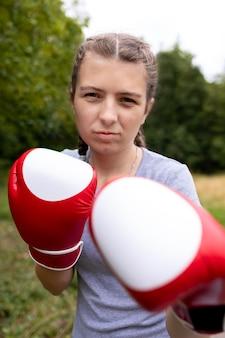 ボクシンググローブと自信を持って女の子の肖像画