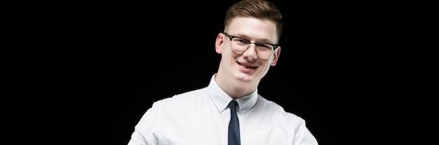 自信を持ってハンサムな野心的な笑顔エレガントな責任ある実業家の肖像画