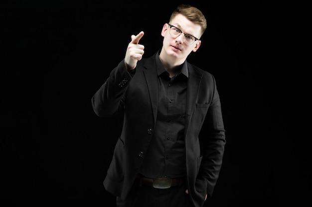 黒を示す笑みを浮かべて自信を持ってハンサムなエレガントな責任ある実業家の肖像画