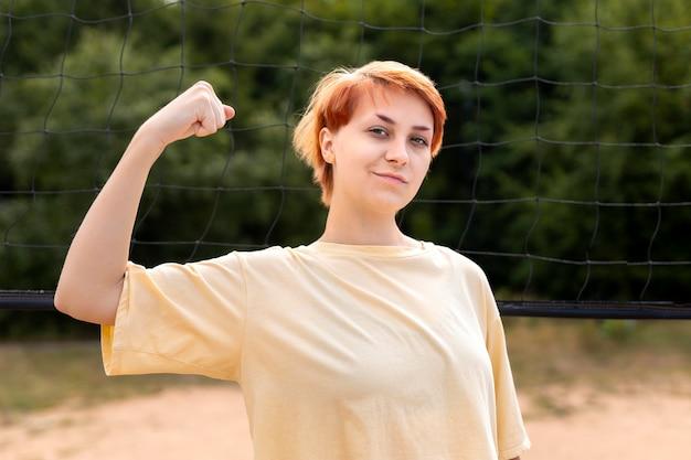 屋外で自信を持って赤毛の女の子の肖像画