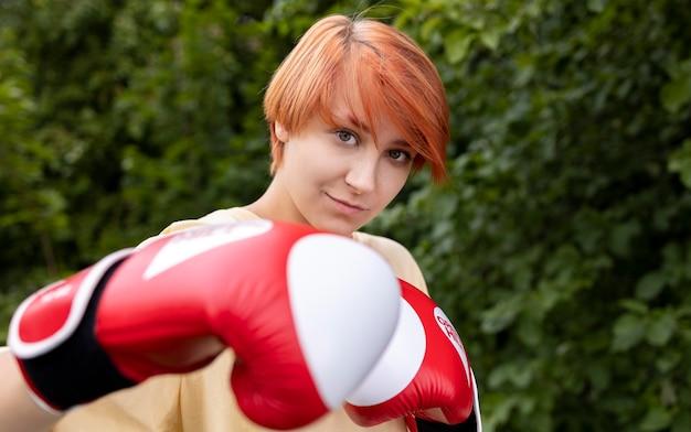 ボクシンググローブと自信を持って赤毛の女の子の肖像画