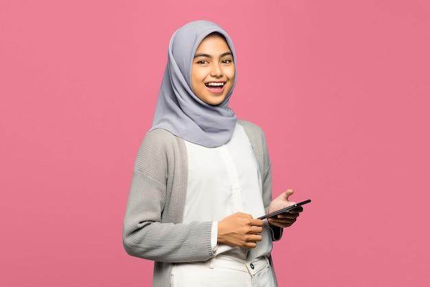 웃는 얼굴로 휴대 전화를 들고 자신감 젊은 아시아 여자의 초상화