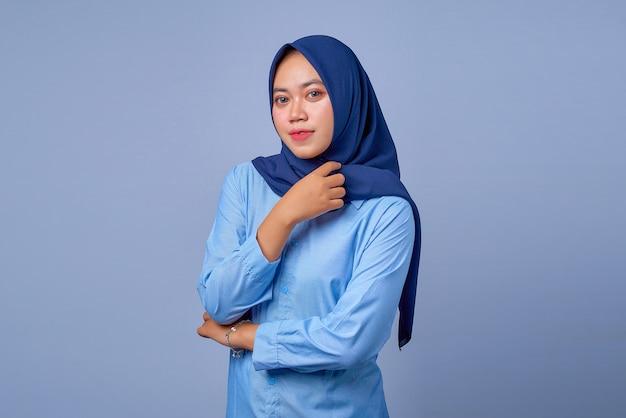 ヒジャーブを着た自信に満ちた若いアジア女性のポートレート
