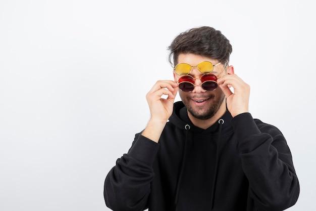세련 된 안경에 헤어 스타일으로 자신감 젊은 남자의 초상화