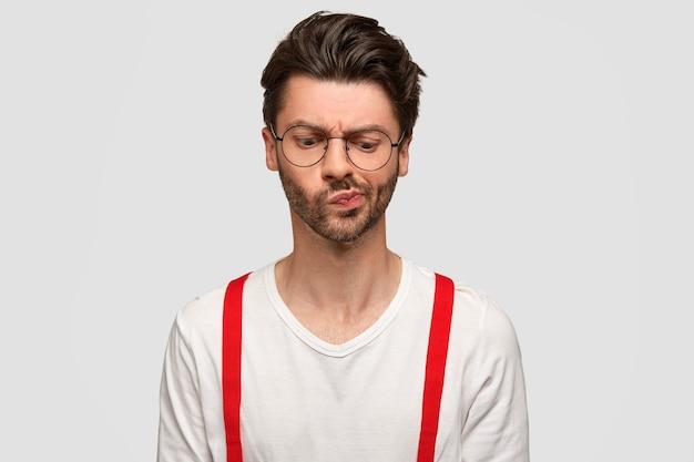 混乱したひげを生やした男の肖像画は顔をしかめ、困惑した表情で見える、集中