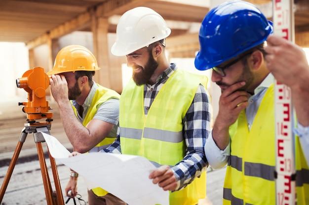 Портрет инженеров-строителей, работающих на строительной площадке вместе