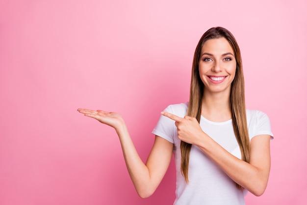 멋진 매력적인 긍정적 인 소녀 pormoter 보류 손 프로모션의 초상화는 선택 착용 유행 복장을 제안 나타냅니다