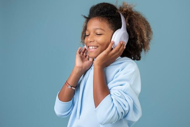 헤드폰으로 음악을 듣고 있는 멋진 10대 소년의 초상화