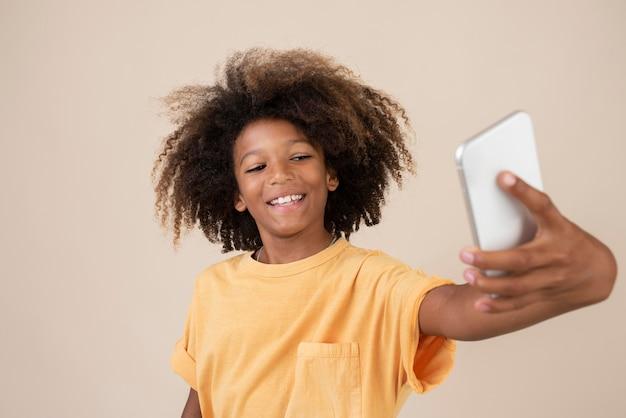 셀카를 찍는 멋진 십대 소년의 초상화