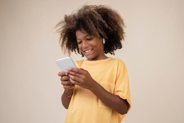 스마트폰을 사용하는 멋진 십대 소년의 초상화