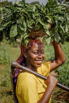 Портрет сельского рабочего позирует