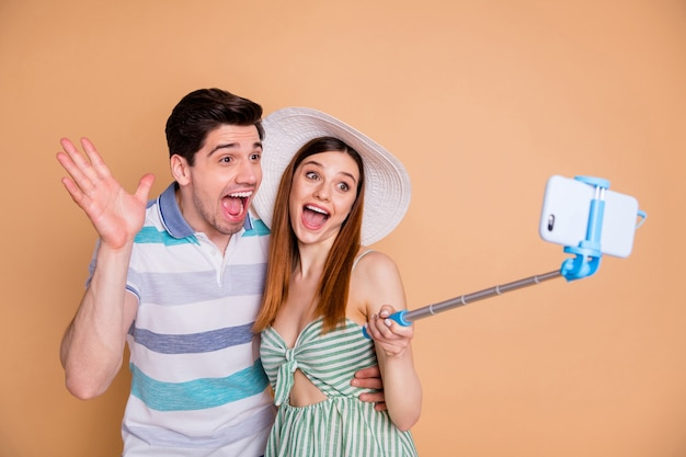 自分撮りをしているカップルの友人の肖像画