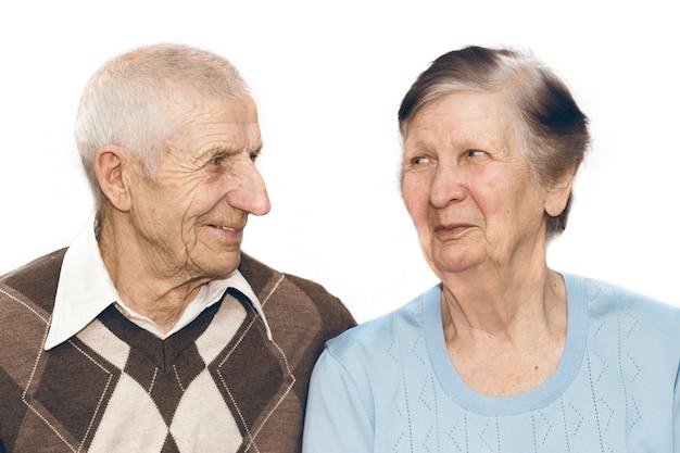 Портрет пары бабушек и дедушек на белом фоне