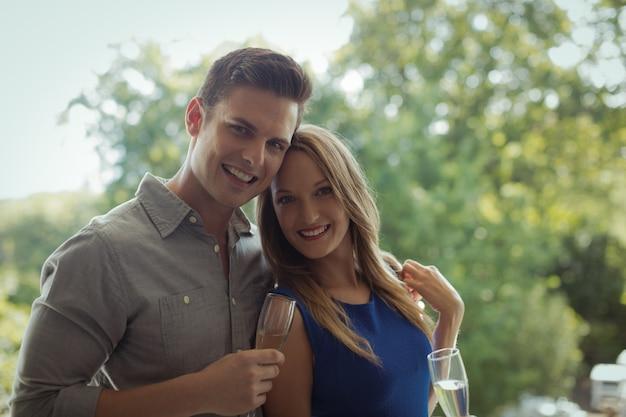 シャンパンを持っているカップルの肖像画
