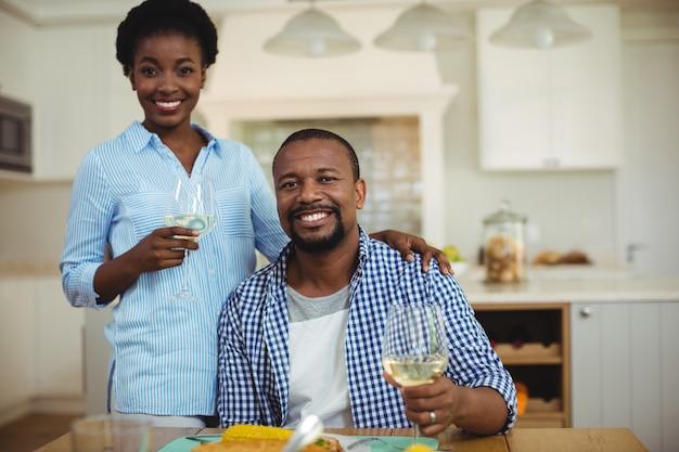 ワインのグラスを保持しているカップルの肖像画