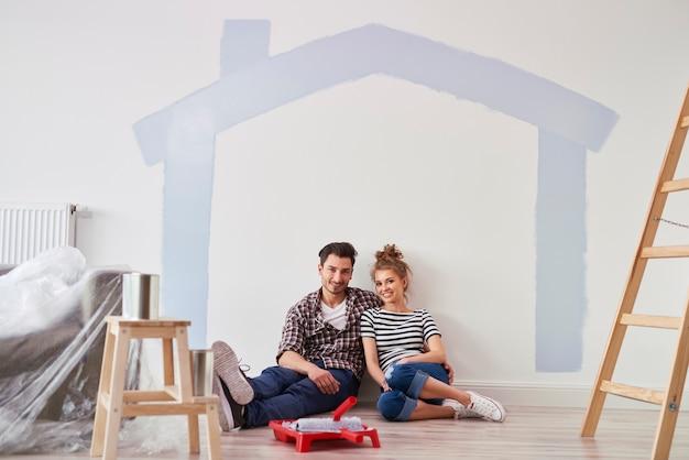 彼らの新しい家のカップルの肖像画