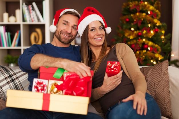 クリスマスの時期にソファでカップルの肖像画