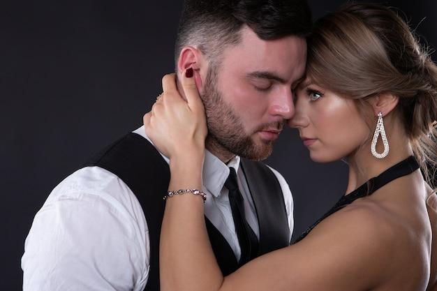 エレガントな服を着ているカップルの肖像画