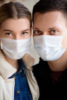 医療マスクを身に着けているカップルの肖像画