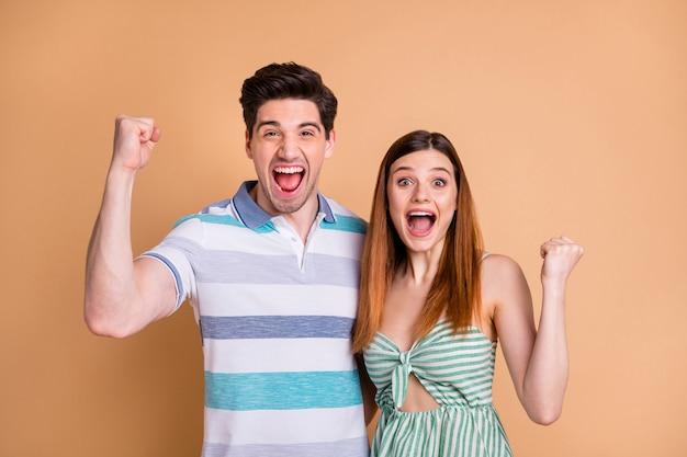 Портрет сумасшедшей веселой счастливой счастливой пары радуется