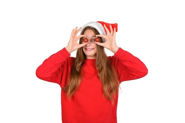 Портрет сумасшедшей крутой веселой позитивной оптимистичной длинноволосой женщины в повседневном свитере с