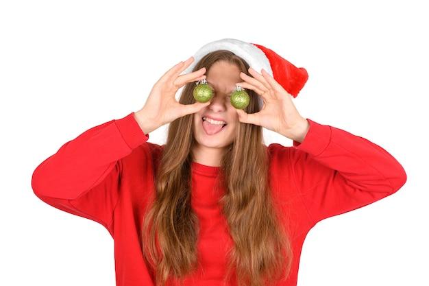 Портрет безумно крутой веселой позитивной оптимистичной красивой женщины в повседневном красном свитере и новогодней шапке