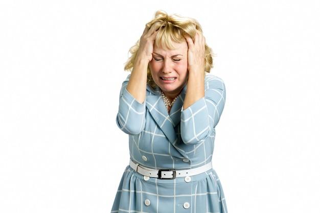 泣いている絶望の女性の肖像画。絶望的で恐ろしい表情で叫んでいる深いうつ病のストレスと欲求不満の女性の肖像画、白。