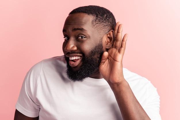 Портрет любопытного человека подслушивают ладонь уха