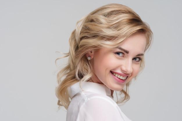白いシャツの巻き毛のブロンドの女性の肖像画