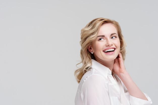 白いシャツで横を向いている巻き毛の女性の肖像画