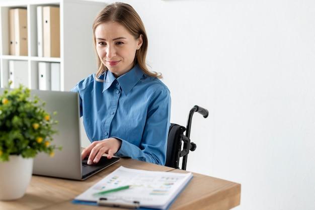 Портрет милой взрослой женщины, работающей на ноутбуке