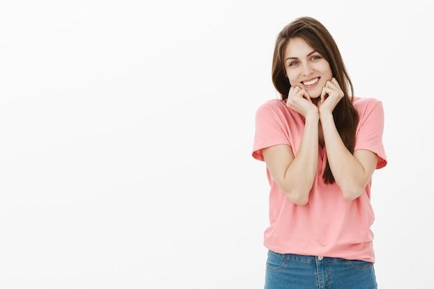 Портрет милой и нежной брюнетки, позирующей в студии
