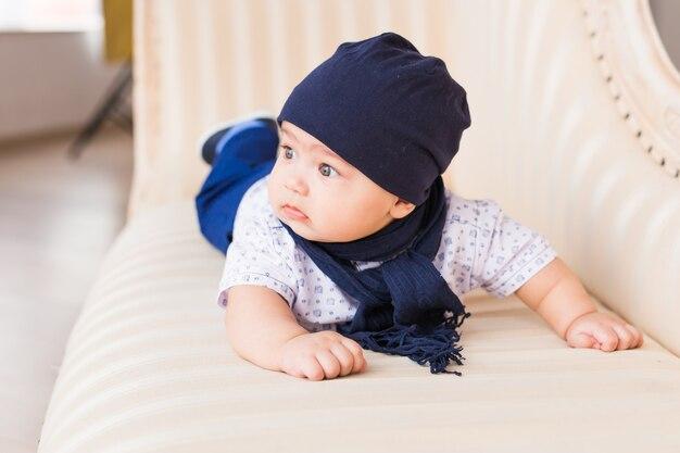 青い帽子をかぶってかわいい男の子の肖像画。