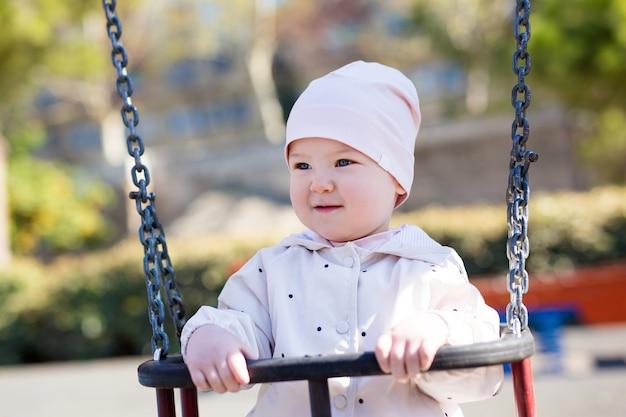 夏の公園で揺れるかわいい女の赤ちゃんの肖像画