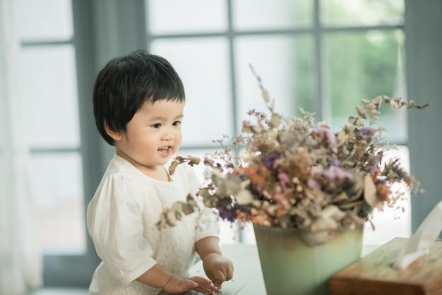 リビングルームでかわいい赤ちゃんの肖像画