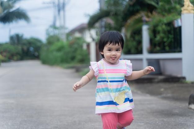 道路を走っているかわいい赤ちゃんの肖像画