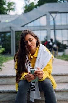 楽しんで、屋外でポーズをとってかわいい美しい若い女性の肖像画。