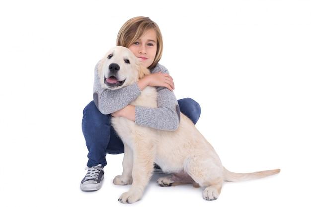 그의 개를 안고있는 귀여운 소년의 초상화