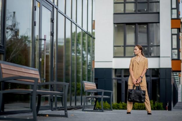 귀여운 비즈니스 여성 전문가의 초상화는 아마도 회계사 건축가 사업가 변호사 변호사입니다.