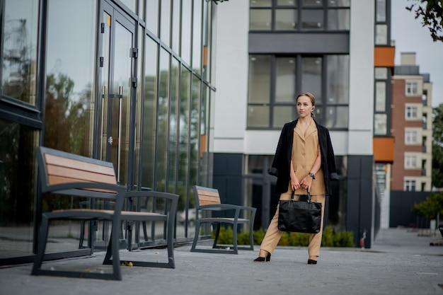 Портрет милой деловой женщины, профессиональной возможно, бухгалтера, архитектора, коммерсантки, юриста.
