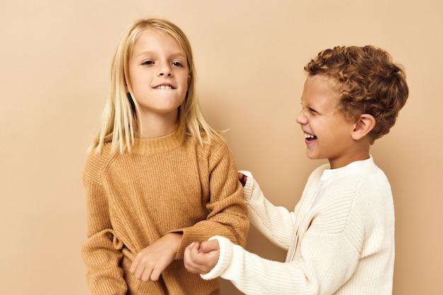 薄茶色の髪のスタジオの感情を持つかわいい子供たちの肖像画