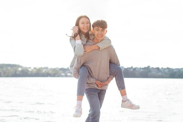 Портрет милой пары, весело проводящей время вместе